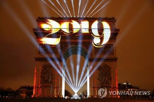 새해맞이 레이저쇼가 펼쳐진 프랑스 파리 개선문[로이터=연합뉴스]