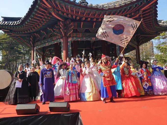 행사 피날레를 장식한 태극기 앞세운 만세삼창