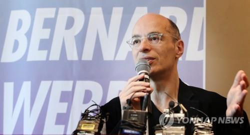 프랑스 베스트셀러 작가 베르나르 베르베르가 5일 서울 중구 웨스틴조선호텔에서 열린 신간'죽음' 출간 기념 기자간담회에서<br> 인사말을 하고 있다