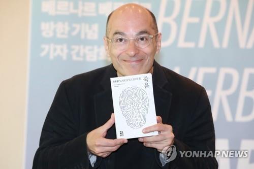 장난기 넘치는 베르나르 베르베르<br> &nbsp;프랑스 베스트셀러 작가 베르나르 베르베르가 5일 서울 중구 웨스틴조선호텔에서 열린 신간 '죽음' 출간 기념 기자간담회에서&nbsp; 포즈를 취하고 있다.