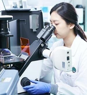 유한양행 연구원이 신약을 연구하는 모습. /유한양행